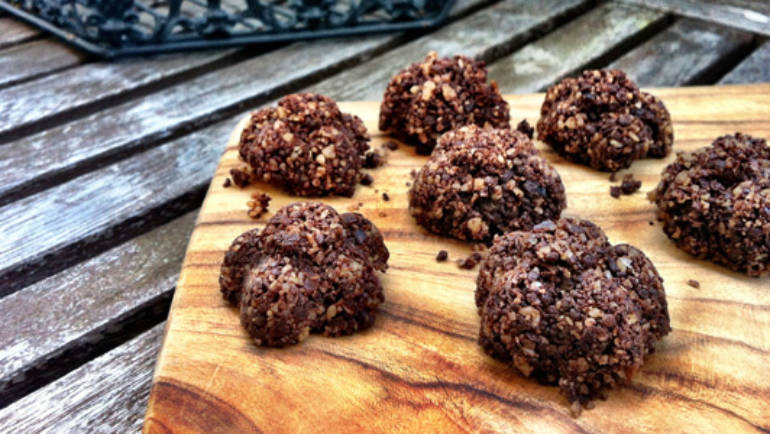 A mid-week treat: raw cacao fudge bites